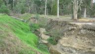 ماذا يطلق على انفصال التربة عن الأرض