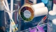 دور وإسهامات الكيميائيين في تعرف خصائص الأحماض والقواعد