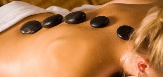 ما هي فوائد علاج التدليك بالحجر الساخن؟