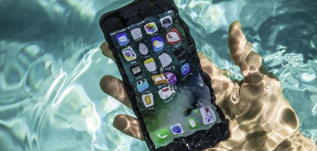 طرق للحفاظ على الهاتف بعد وقوعه في الماء