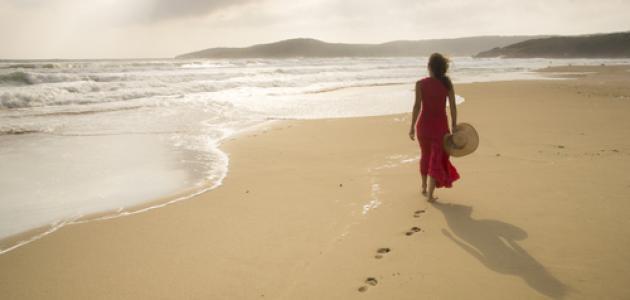 فوائد المشي على الشاطئ دون حذاء