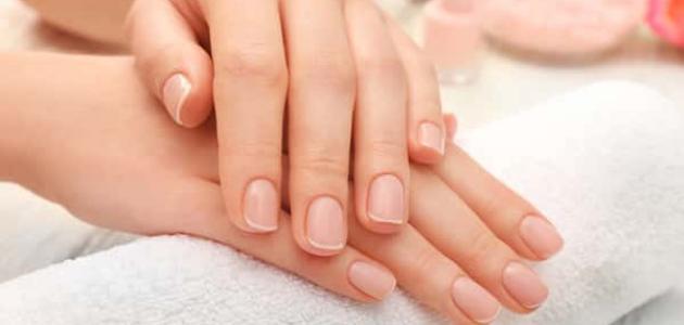 علاج الأظافر من البقع البيضاء سطور