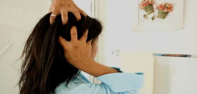 كيفية ترطيب الشعر الجاف بعد الاستحمام