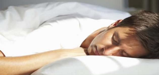 أضرار النوم على البطن
