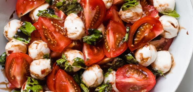 سلطة الطماطم والموزاريلا