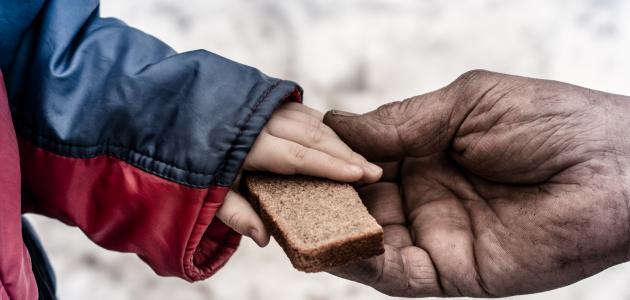 تعبير عن مساعدة الفقراء