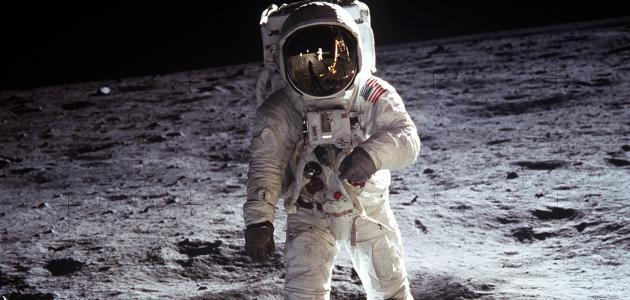 أول من صعد إلى القمر - سطور