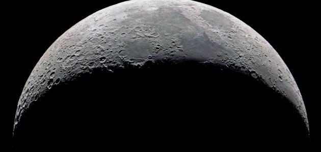 ماذا ينتج عن دوران القمر حول الأرض