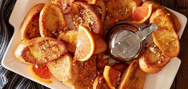 صنع الخبز المُحمص على الطريق الفرنسية بالقرفة والبرتقال في الفرن