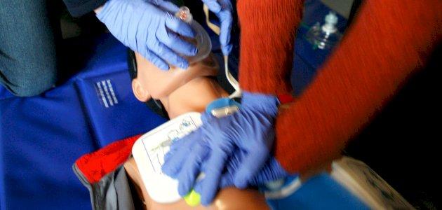 الإنعاش القلبي الرئوي: الأهمية، التقنيات، الأجهزة وإرشادات الاستخدام