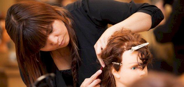 دورات تصفيف الشعر: أنواعها، محتواها، وأهميتها للتطور الوظيفي