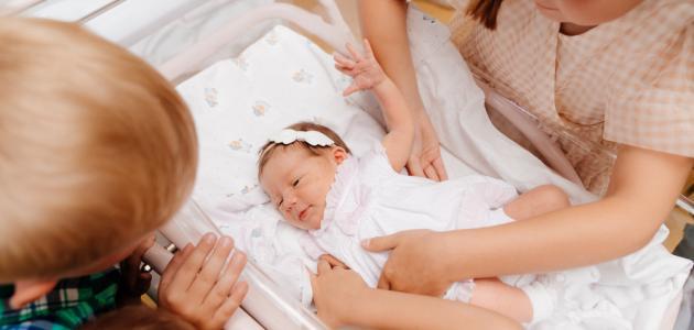 متى يبدأ الطفل حديث الولادة الرؤية بوضوح؟